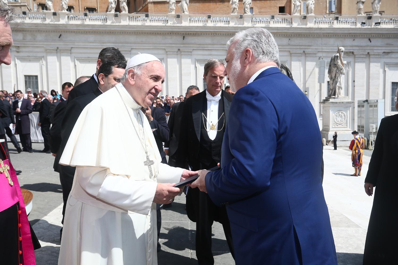 papa-francesco-stretta-di-mano-san-pietro-roma-citta-del-vaticano