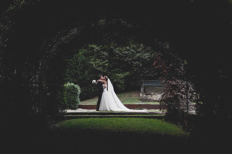 wedding-bacio-sposi-arco-vegetazione-abbazzia-massa-martana
