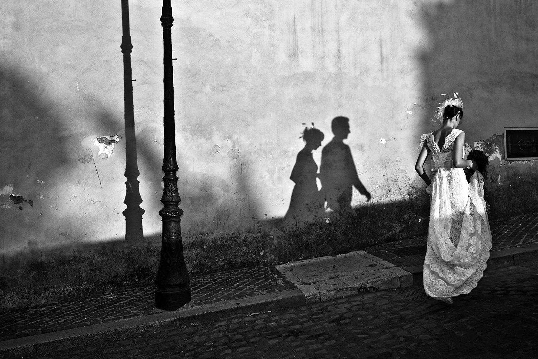 wedding-ombre-sposi-in-silhouette-sposa-primo-piano-sposo-celato-campidoglio-roma