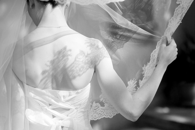 wedding-sposa-di-spalle-con-velo-ombra-merletto-schiena