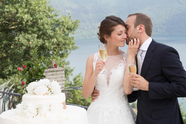wedding-sposi-bacio-torta-brindisi-villa-pocci-marino-lago-albano
